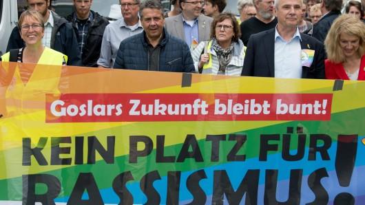 Bei der Demo gegen den sogenannten Tag der deutschen Zukunft wurde das Banner durch die Straßen getragen (Archivbild).