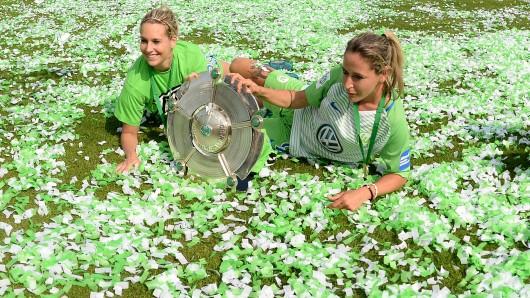 Ein Traum in Grün-Weiß: Lena Goeßling (links) und Anna Blässe liegen inmitten eines Konfetti-Meers.