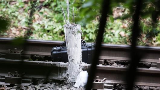 Unbekannte haben einen Anschlag auf eine Bahnstrecke zwischen Halberstadt und Goslar verübt. Bei Ilsenburg legten sie brennende Reifen ins Gleis, beschädigten Kabelschächte und kippten Flüssigbeton aus, wie eine Sprecherin der Bundespolizei in Magdeburg sagte.