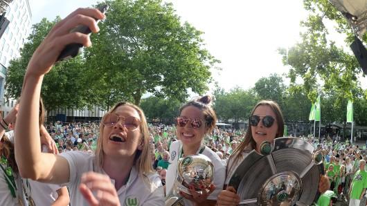 DFB-Pokal und Meisterschale: Die Frauen des VfL Wolfsburg ließen sich und ihren Doublesieg ordentlich feiern.