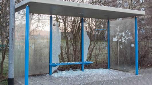 Unbekannte zerstörten die Scheiben an fünf Buswartehäuschen in Salzgitter (Archivbild).