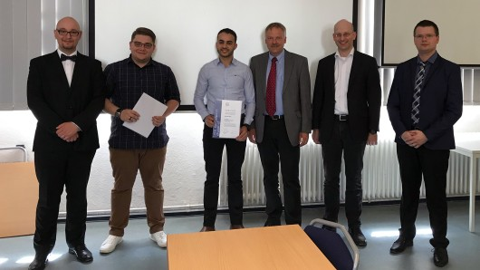v.l.: Marcin Slodkowski, ITK Engineering GmbH, Preisträger Marian Baer und El Mehdi Berar, Professoren Dr. Bernd Lichte und Dr. Dirk Sabbert (Dekan), Vorjahrespreisträger Dawid Banas.