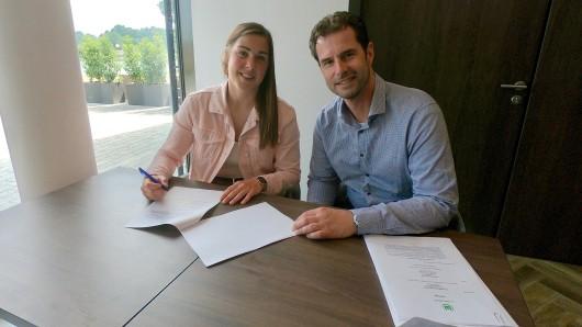 Der Vertrag ist unterzeichnet: Mary Earps ist die neue Torhüterin bei den Wölfinnen - Leiter Ralf Kellermann freut's.
