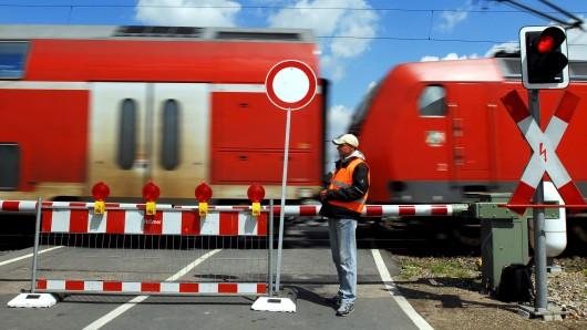 Für das Ausbessern des Bahnübergangs bei Wendessen muss die B79 wohl vorübergehend gesperrt werden (Symbolbild).