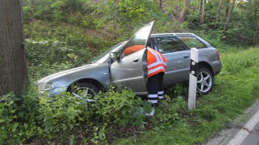 Der Wagen war gegen einen Baum geprallt.