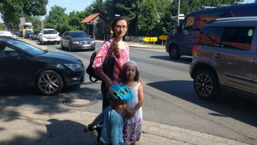 Helene Jeske möchte ihre Kinder eigentlich zur Selbstständigkeit erziehen: Bis zur vierten Klasse kann ich meine Kinder aber nicht allein zur Schule gehen lassen. Das war unter anderem ein Grund, warum sie mit ihrer Familie aufs Dorf gezogen ist.