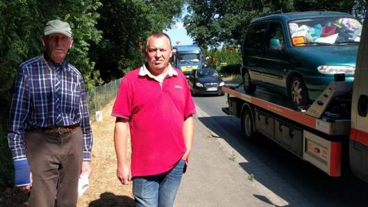 Täglich donnerten hunderte Vierzigtonner durch Ribbesbüttel. Für Bürgermeister Heinrich Stieghahn und Karsten Dimmler von der Bürgerinitiative nicht tragbar: Wir haben keine Möglichkeit, die Straße sicher zu überqueren.