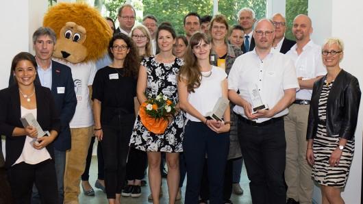 Die Gewinner der LehrLEO-Awards mit der Präsidentin der TU Braunschweig, Anke Kaysser-Pyzalla (1.v.l.), dem Vizepräsident für Studium und Lehre Wolfgang Durner (2.v.l.) und Stefan Jungeblodt, Niedersächsisches Ministerium für Wissenschaft und Kultur (5.v. r.).