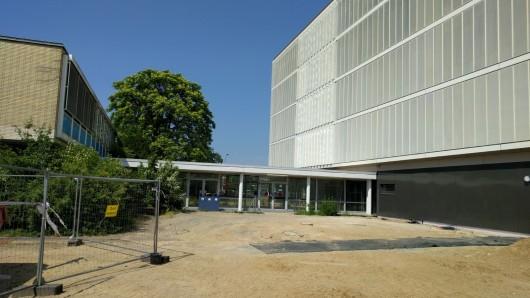 Die Carl-Hahn-Schule wurde zwar schon eingeweiht - in den Sommerferien stehen aber auch hier noch jede Menge Arbeiten an. (Archivbild)