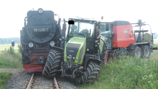 Der Traktor hatte den Zug gerammt.