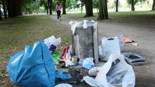Viele Leute nehmen ihren Müll nach dem Grillen nicht mit nach Hause (Symbolbild).