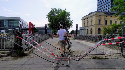 Die Sperrung der Okerbrücke wird von vielen Radfahrern und Fußgängern ignoriert.