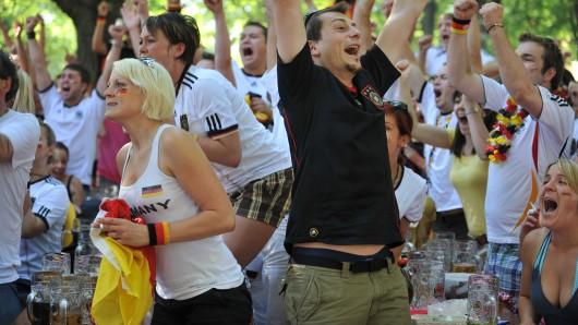 Gerade Vertreiber von Fan-Artikeln und Betreiber von Biergärten profitieren von der WM in Russland (Symbolbild).