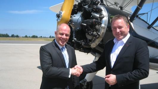 Matthias Disterheft, Aufsichtsratsvorsitzender der Flughafen Braunschweig GmbH (rechts) begrüßt den neuen Flughafenchef Michael Schwarz.