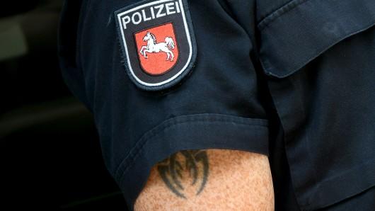 Grundsätzlich sind sichtbare Tattoos für Polizisten in Niedersachsen verboten (Symbolbild).