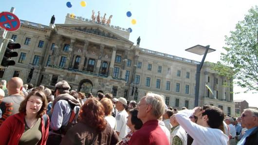 Mehr als 10.000 Braunschweiger haben 2007 die Eröffnung des Nachbaus des Braunschweiger Schlosses gefeiert - mit Europas größter Quadriga als Krönung (Archivbild).