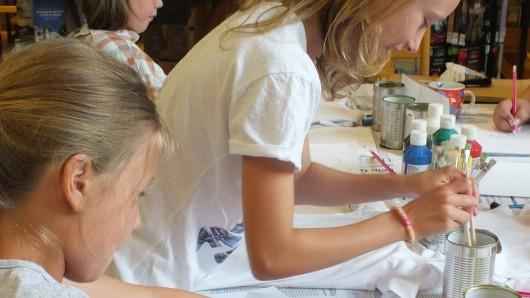 Malen, basteln oder ein Hörspiel sprechen: Die Stadtbücherei Peine hat sich einiges für die Sommerferienzeit ausgedacht. (Archivbild)