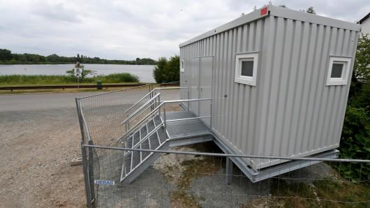 Ein neues, nicht barrierefreies, aber hochwassersicheres Toilettenhäuschen ist am Giftener See auf ein Gerüst gesetzt. Zu- und Abwasserleitungen sind noch nicht angeschlossen.