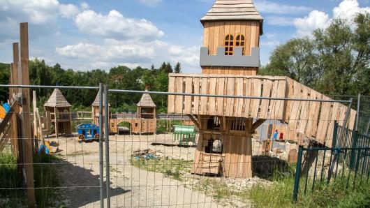 Am Dienstag, 26. Juni, will die Stadt den Abenteuerspielplatz im Schatten der Burg Gebhardshagen für die kleinen Ritter und Burgfräuleins freigeben. Bis dahin sollen alle Baumängel beseitigt sein.
