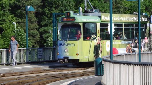 Ein Unbekannter hat am Donnerstagabend in einer Braunschweiger Straßenbahn Reizgas versprüht - die Fahrerin musste stoppen und die Passagiere ins Freie lassen (Archivfoto).