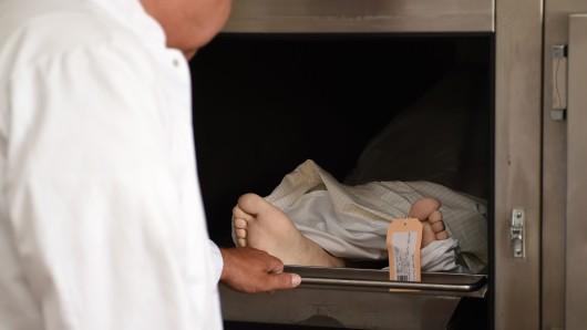 In Zukunft sollen auch Ärzte die Leichen untersuchen. (Symbolbild)