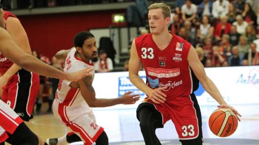 Moritz Hübner (r.) spielte bislang für die Cuxhaven Baskets in der Pro B. Nun stößt er zum Bundesliga-Kader der Basketball Löwen Braunschweig - und darf dank einer Doppellizenz auch für den MTV Herzöge Wolfenbüttel spielen.