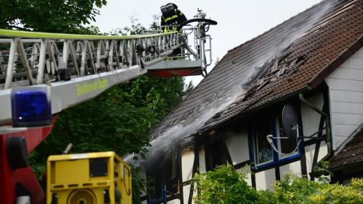 Von der Drehleiter aus rückten die Wehrleute dem Dachstuhlbrand zu Leibe; Probleme machen die Glutnester in dem Fachwerkhaus.