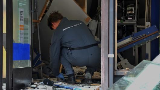 Ein Kriminalbeamter untersucht einen gesprengten Geldautomaten der Deutschen Bank (Archivbild).