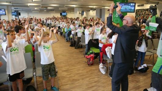 Sky-Moderator Oliver Seidler heizte die Stimmung unter den rund 400 Mädchen und Jungen an.