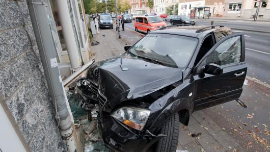Ein 22-jähriger Autofahrer ist mit seinem Wagen zu schnell um die Kurve - und gegen eine Hauswand geschleudert (Symbolbild; das Foto zeigt einen ähnlichen Unfall in Braunschweig).