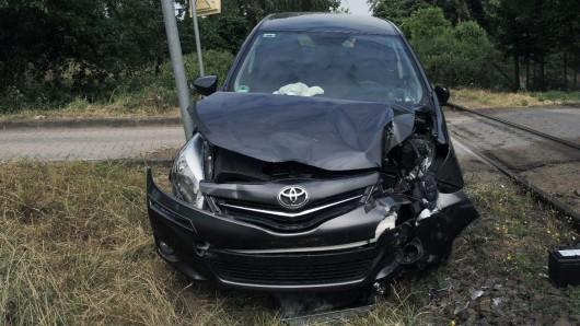 Nur noch Schrottwert hat dieser Toyota; der 81-jährige Fahrer indes überstand den Bahn-Unfall mit leichten Verletzungen.