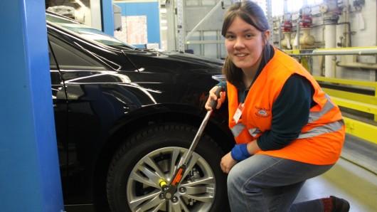 Beim Girl's Day können sich junge Frauen schon mal in Autowerkstätten versuchen - nun gibt's bei der Landesregierung den Plan, Jugendliche ab 16 auch fahren zu lassen (Symbolbild).
