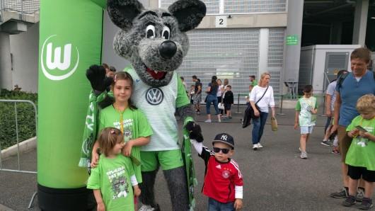 Maskottchen Wölfi darf natürlich nicht fehlen beim VfL-Kids Day.