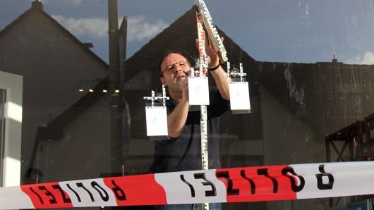 Insgesamt zwölf Schüsse haben Unbekannte auf ein Wahlkreisbüro der AfD in Magdeburg abgegeben. Kurz zuvor war das Büro auch beschmiert worden (Symbolbild; unser Foto zeigt Einschusslöcher an einem AfD-Büro im nordrhein-westfälischen Arnsberg).