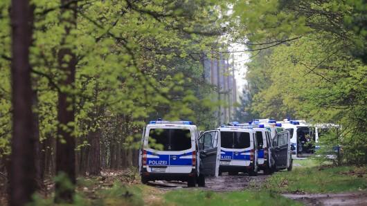 Zu Fuß und mit einem Hubschrauber hat die Polizei nach den Flüchtigen gesucht (Symbolbild).