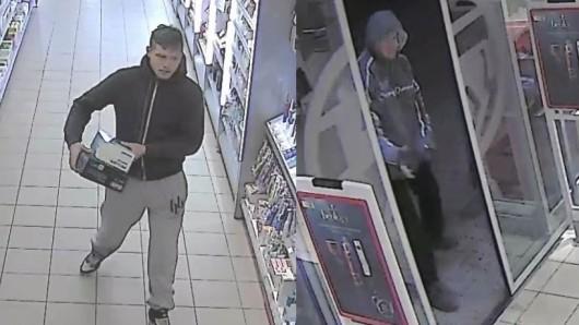 Die Polizei in Halberstadt sucht nach diesen Männern.