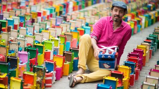 Matias Tosi, Leiter der Grünen Zitadelle und Initiator der Kampagne Otto bricht Rekorde sitzt in Mitten tausender Vogelhäuser.