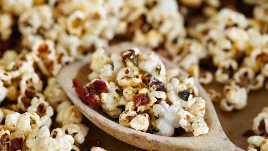 Die Firma XOX Gebäck ruft mehrere Popcorn-Artikel zurück (Symbolbild).