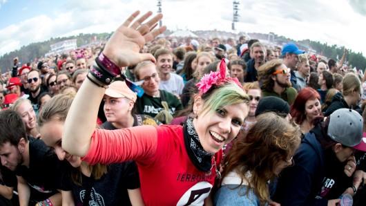 Eine Besucherin tanzt während des Auftritts der Band Feine Sahne Fischfilet auf dem Hurricane Festival. Das Open-Air-Festival mit rund 65.000 Besuchern findet vom 22. bis zum 24. Juni statt.