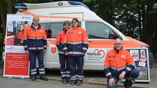 Andreas Jaksch, Koordinator des Herzenswunsch-Krankenwagens der Malteser in Gifhorn (links), mit Gifhorner Maltesern vor dem Herzenswunsch-Krankenwagen.