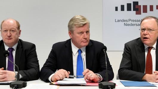 Von rechts: Ministerpräsident Stephan Weil (SPD), Wirtschaftsminister Bernd Althusmann und Finanzminister Reinhold Hilbers (beide CDU).
