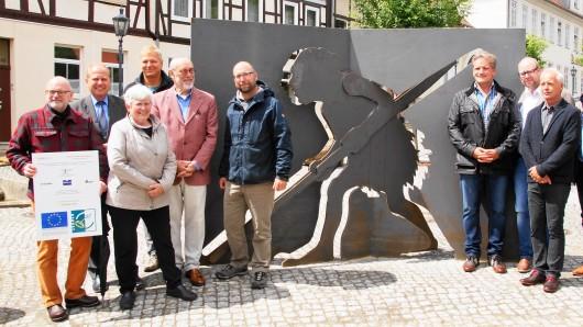 Projektbeteiligte, Unterstützer und Gratulanten vor dem neuen Schöninger Wegzeichen - der Urschöniger Mann weist den Weg zum paläon.