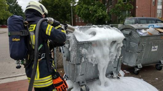 Die Feuerwehr löschte vorsichtshalber noch mit Schaum - es sollten keine Glutnester übrig bleiben.