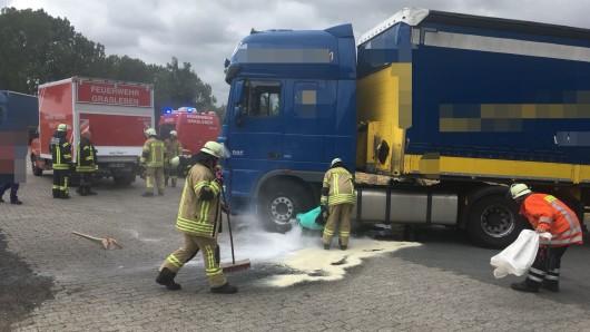 Die Feuerwehren aus Mariental und Grasleben kümmerten sich um die riesige Öl-Pfütze.