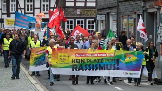 Unbekannte wollten vermutlich das  Banner Goslars Zukunft bleibt bunt! Kein Platz für Rassismus! mit roter Farbe bewerfen - es hängt derzeit am Odeon-Theater.