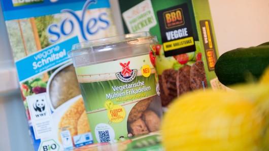 Der Wurstwaren-Hersteller Rügenwalder Mühle will sein Angebot an vegetarischer Wurst ausbauen. (Archivbild)