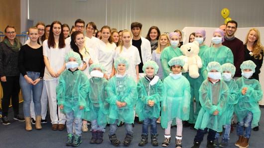 Im Rahmen des FSJ entstand die Idee zur Teddysprechstunde, bei der sowohl die FSJler der KiTas als auch des Klinikums Kindern dabei helfen, Ängste vor einem Krankenhausaufenthalt abzubauen.