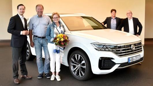 Rudolf und Christina Schulze fahren mit dem ersten neuen Touareg durch Wolfsburg.