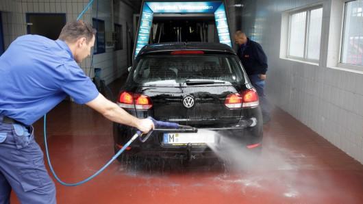 So ist es richtig: Autos entweder in Waschanlagen oder auf Waschplätzen schrubben. (Archivbild)