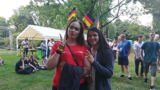 Angelice (links) ist etwas zurückhaltender: Sie tippt 1:1. Freundin Vanessa hofft auf einen Deutschland-Sieg.
